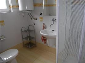 Koupelna se sprchovým koutem a toaletou v apartmánu B