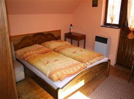 Ložnice A s manželskou postelí, s nočními stolky, skříní a taburetkami