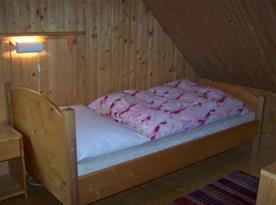 Ložnice C s lůžkem, poličkou, stolkem a lampičkou