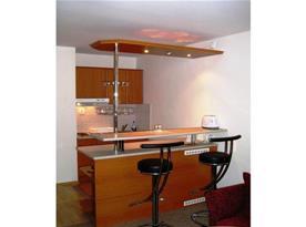 Kuchyňka s dvouplotýnkovým el. vařičem, lednicí, mikrovlnou troubou a varnou konvicí