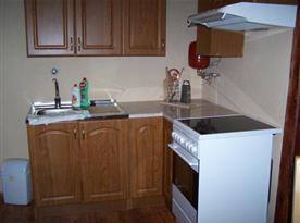 Kuchyně s dřezem a sporákem