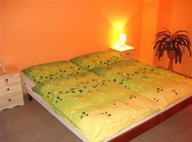Ložnice s manželskou postelí, nočními stolky a lampičkami