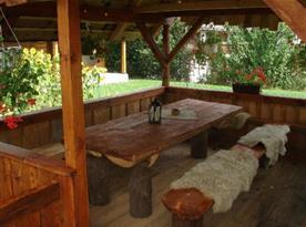 Dřevěné zastřešené posezení