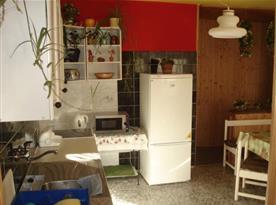 Kuchyně s linkou, sporákem, lednicí, mikrovlnnou troubou a jídelním koutem