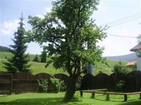 Zahrada patřící k objektu s posezením