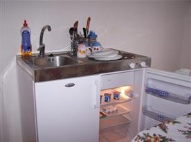 Dřez s ledničkou