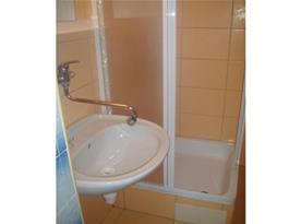 Sprchový kout s umyvadlem ve dvoulůžkovém apartmánu