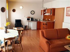Třílůžkový apartmán - kuchyně s jídelnou a obývacím pokojem