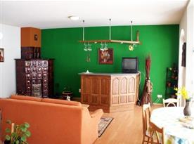 Třílůžkový apartmán - obývací pokoj s kachlovou pecí