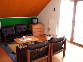 Čtyřlůžkový apartmán - obývací pokoj s balkonem