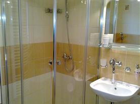 Sprchový kout s umyvadlem v koupelně